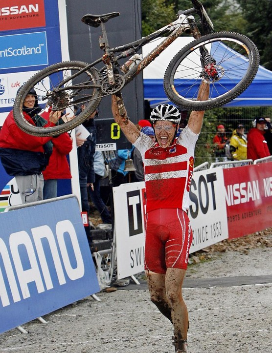 akob celebrates his victory at the 2007 UCI Mountain Bike World Championships in Fort William, Scotland