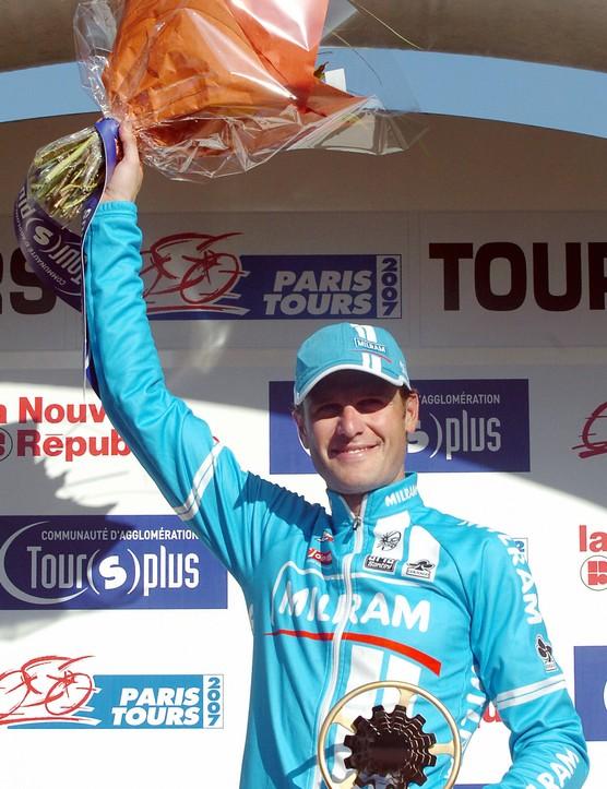 Alessandro Petacchi  (Milram) waves from the podium.
