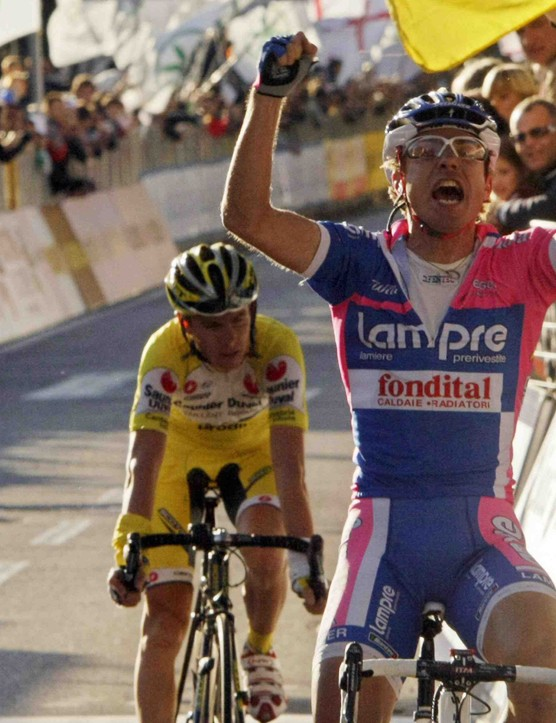 Damiano Cunego (R) beats fellow Italian Riccardo Ricco at the Tour of Lombardy last fall.
