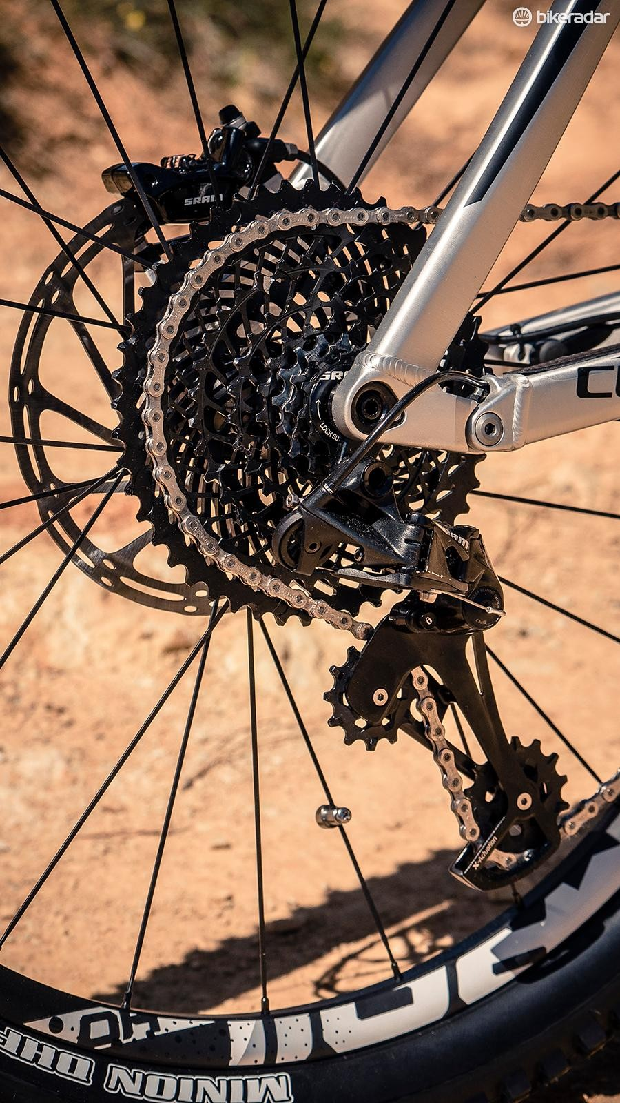 The eight-speed 11-48t cassette uses big gear steps (30% on average) to compensate for the acceleration delivered by the e-bike motor