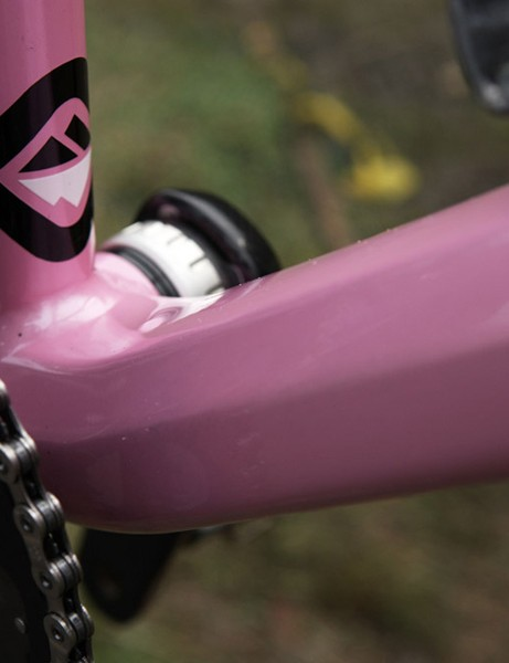 The downtube adopts a multi-sided shape along its length and a wider profile by the bottom bracket.