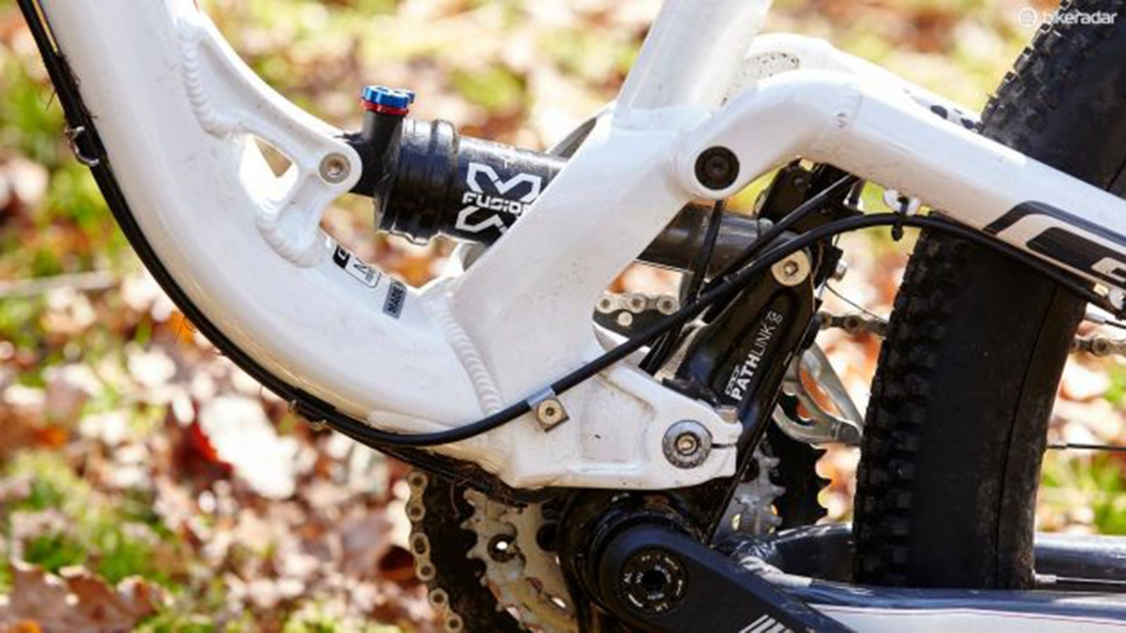The outgoing Sensor and Force use GT's long-standing I-Drive suspension system, where the bottom bracket moves in-between the mainframe and the swingarm