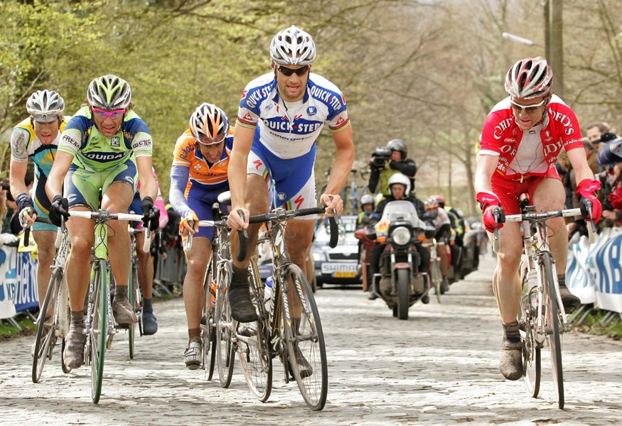 Boonen keeps an eye on the others on the Bosberg