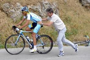 Alberto Contador switching bikes early in the Giro.
