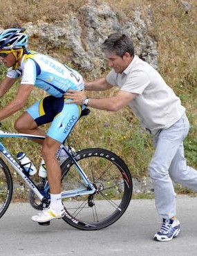 Alberto Contador switching bikes early in the Giro.