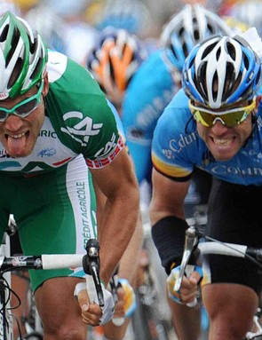 Thor Hushovd (L) beats Kim Kirchen to win Stage 2 of the 2008 Tour de France.