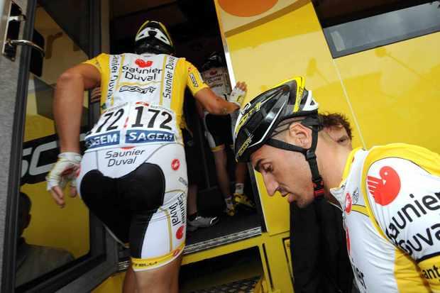 Saunier Duval's David de la Fuente (R) enters the team bus with Rubens Bertogliati July 17.