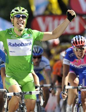 Oscar Freire (L) wins Stage 14.
