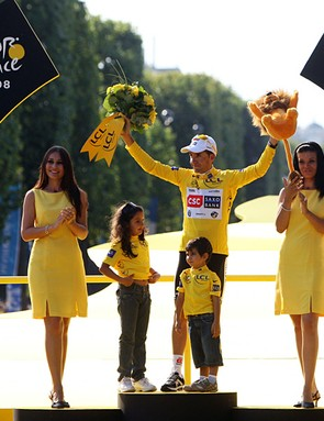 Carlos Sastre on the podium with his two children