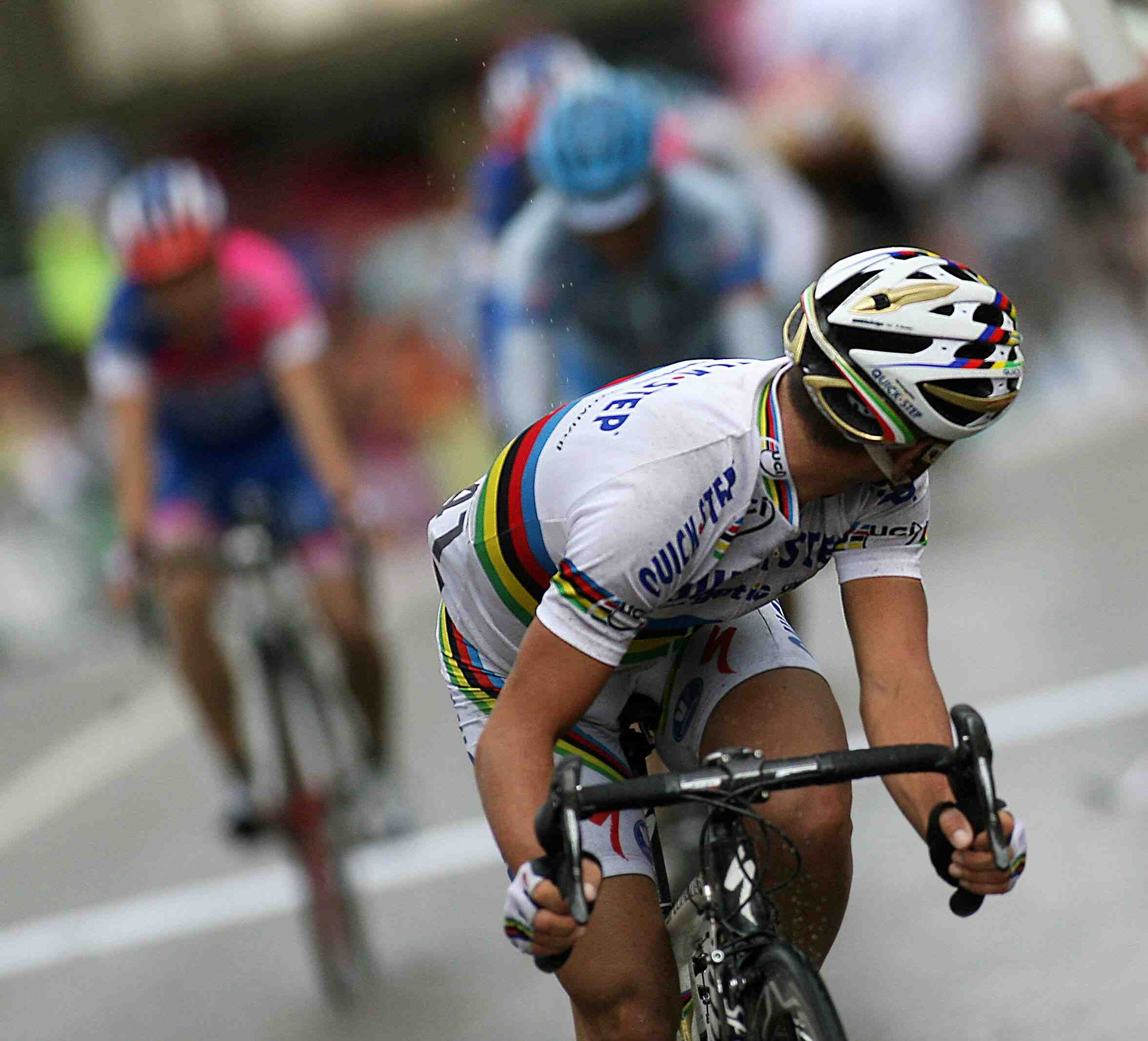 Italy's Paolo Bettini checks his rivals before coasting across the finish line of Stage 12.