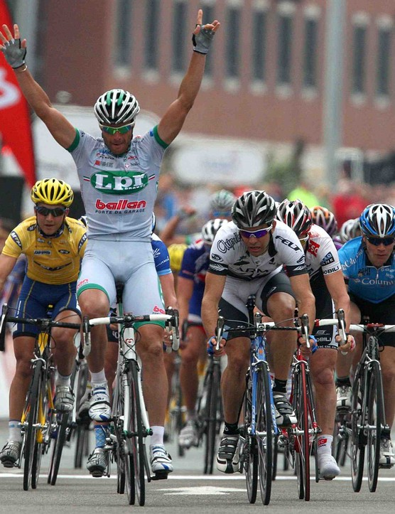 Alessandro Petacchi (C) wins a stage of the 2008 Tour of Britain.