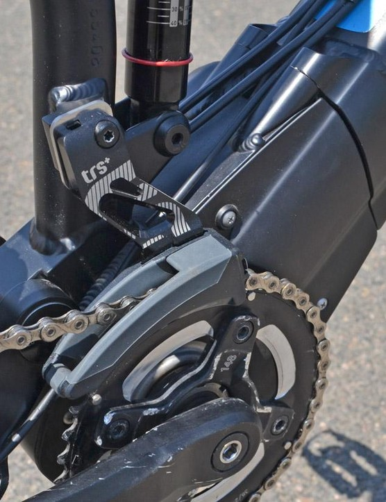 The mid-drive motor can be used with a front derailleur. On this model, an upper chainguide is shown