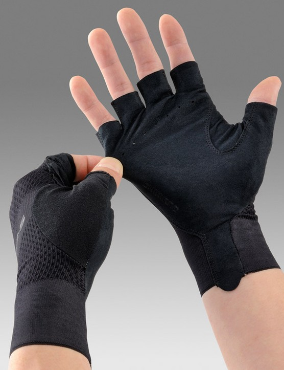 3D construction keeps the palm thin while compression panels on the back are designed for wrinkle-free fit