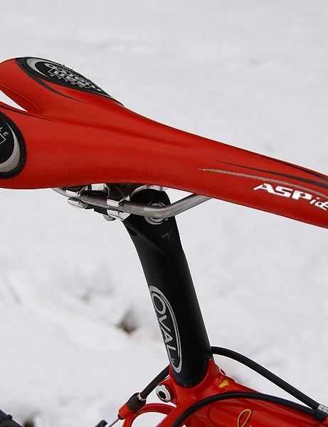 The Selle San Marco Aspide saddle is wrapped in red just for Sachs