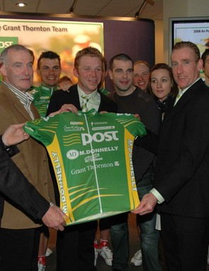 Riders & staff of the An Post team show off the new jersey. Sean Kelly is on the right of the shirt.