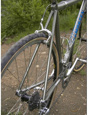 The seat stays take a straight path from the seat tube to the burly dropouts.