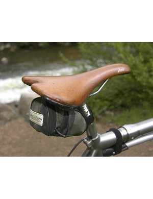 Hampsten's fi'zi:k Aliante saddle displays the wear marks from countless hours of riding.