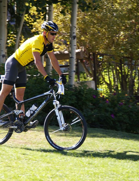 Armstrong would emerge from his hotel just minutes prior to Taam's return, he'd casually warm up on the grassy areas surrounding the start, then enter the transition area in full flight.