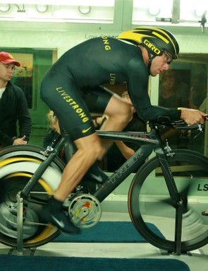 Lance Armstrong spins while his technical crew takes note: Steve Hed (glasses and ponytail), Chris Carmichael (right) and Ben Coates (standing, far right).