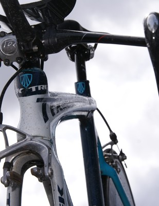 The grooved top tube supposedly maintains smooth airflow and enhances lateral rigidity.