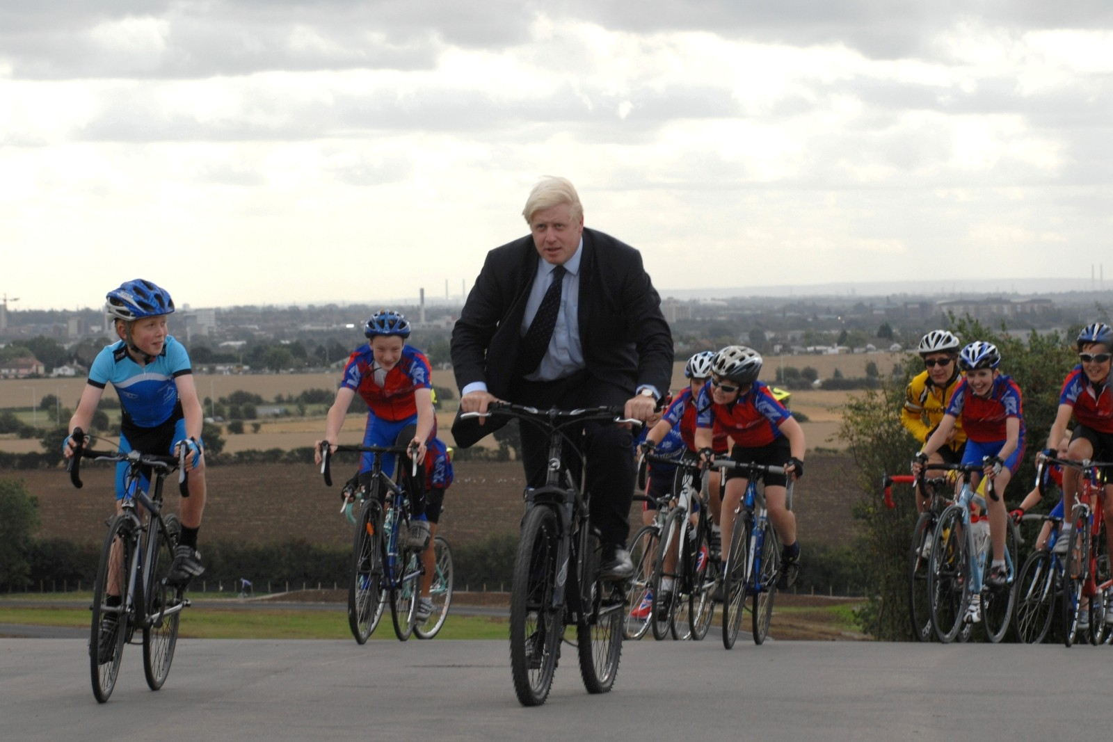 Boris20Johnson20does20a20lap20with20young20riders-5c0e0d2
