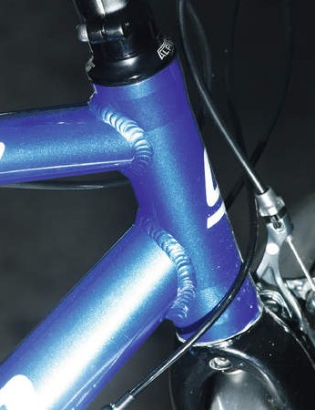 The horizontal top tube means a shart head tube for versatility of set-up