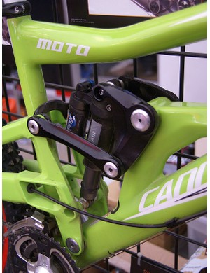 The linkage is cleverly designed such that the carbon frame is always in tension, not compression.