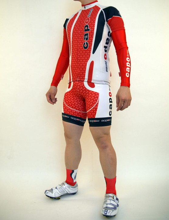The jersey utilises Resistex Carbon main panels which claim to offer physiological benefits.