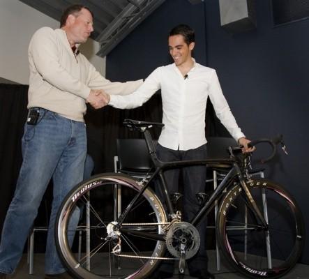 Trek president John Burke presents Alberto Contador with a new 'stealth' Trek Madone.
