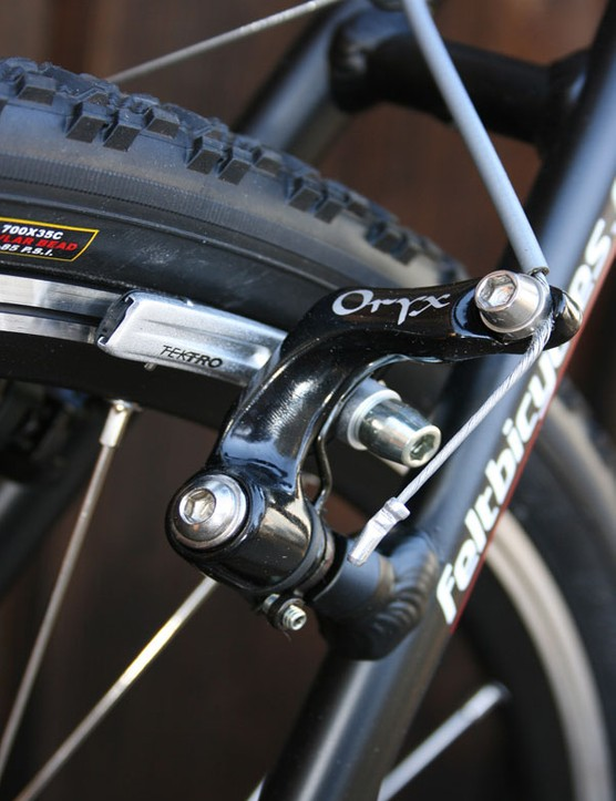 Cantilever brakes - ample clearance and good stopping.