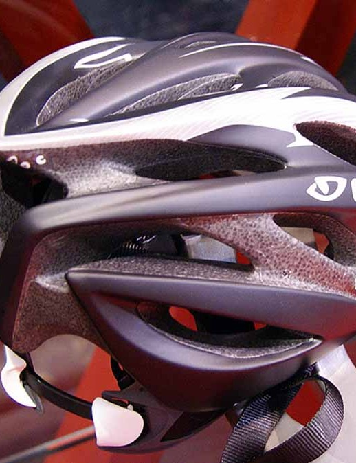 Giro claims the Saros offers better ventilationthan the Pneumo.