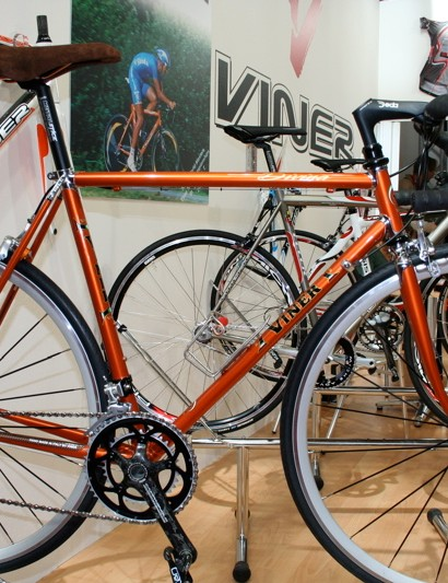 Like many Italian companies Viner continues to make traditional steel frames like the lugged Divina.