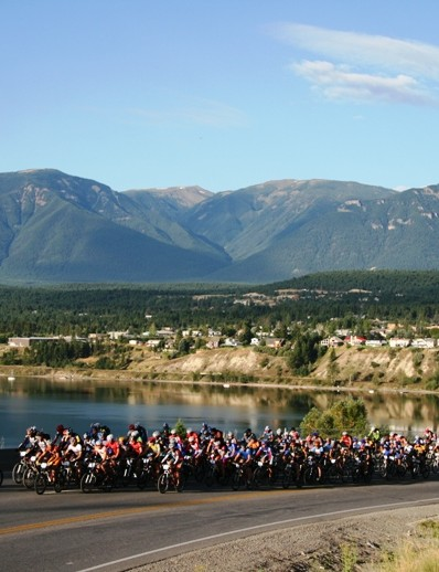The bunch rolls out in a 2007 TransRockies start