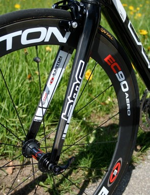 The SLX01 Racemaster's fork is stiff and comfortable but is fitted with a heavier aluminium steerer to save some costs.