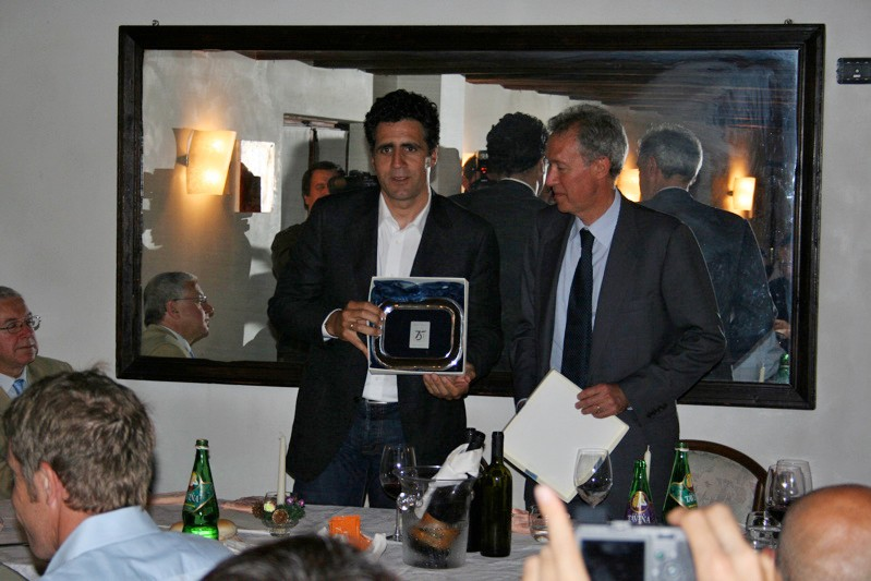 Miguel Indurain also receives a souvenir from Campagnolo.