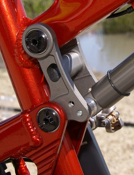 The upper link features two shock positions for adjustable travel.
