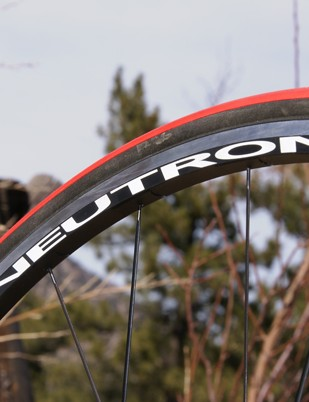 …while the rear is slightly offset for more even spoke tension.