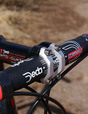 The Deda Newton 31.8 cockpit is a well-proven design.