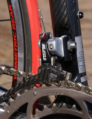 The carbon cage on the Record front derailleur matches the look of the frame well.