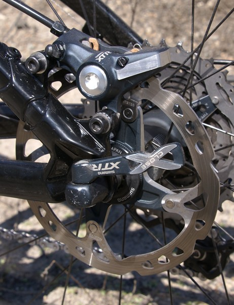 A 140mm-diameter rear rotor does the trick for this lightweight rider.