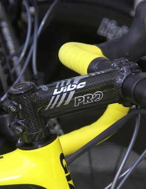 A PRO Vibe carbon stem dresses up the front end