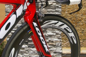 …and Look has fitted the front end with an updated version of its Monoblade fork.