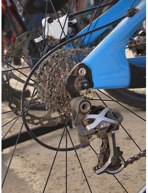 A mid-cage XTR rear derailleur and road-sized cassette keep things nice and tight.