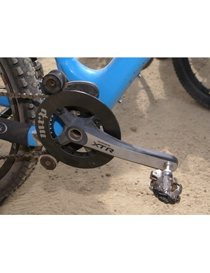 Lightness for a gravity rider? Lopes' XTR crankset is fitted with a carbon fibre outer guide ring.