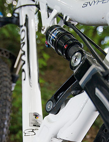 Single pivot rear shock setup is similar to the Yeti 575