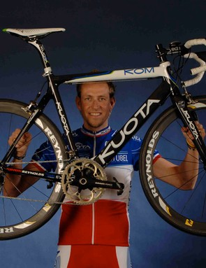 French cycling star Christophe Moreau proudly shows off his Reynolds wheels.