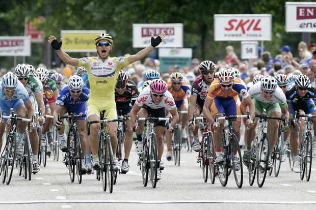 Luciano Pagliarini (Saunier Duval) wins the fifth stage of the Tour of Benelux ahead of Mark Cavendi