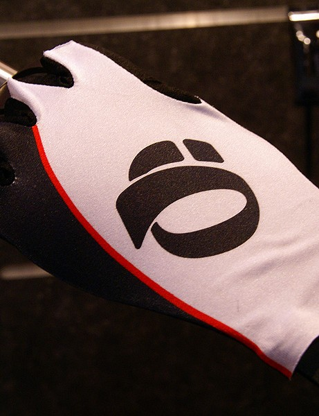 The matching Pearl Izumi Aero glove uses smooth edges.