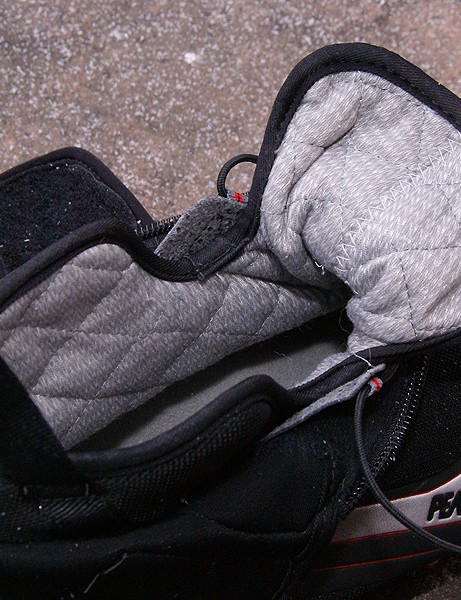 200g 3M Thinsulate insulation	is featured on the inner shoe to help keep you warm.