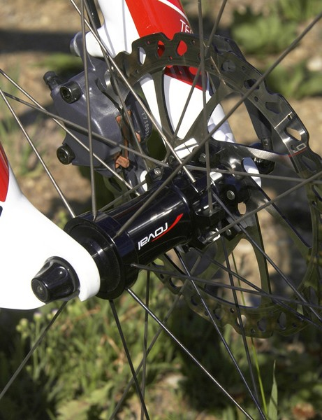 The straight-pull stainless steel spokes are doubled up on the disc brake side for more even tension